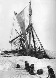 L'Endurance broyé par les glaces, sur le point de couler en novembre 1915.