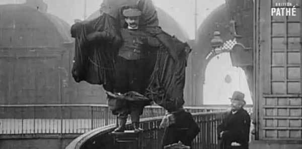 1912. Il s'élance de la Tour Eiffel et s'écrase… pour la science