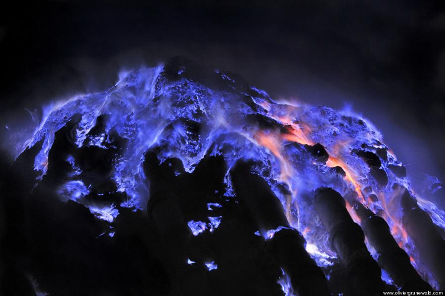 Flammes bleues sur le volcan Kawah Ijen