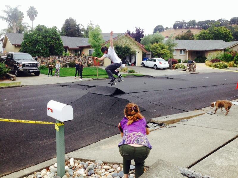 Route californienne endommagée après le séisme